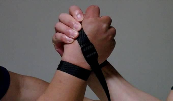 アームレスリング中に握力がなくてストラップをした